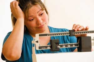 Aviso às mulheres: comer menos ou pesar mais