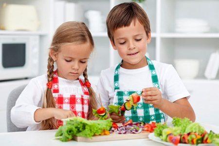 Deixar as crianças ajudar na cozinha faz com que elas comam mais vegetais