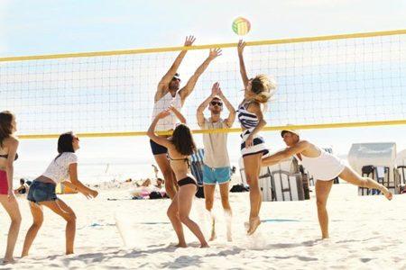 Cinco ideias divertidas para praticar esportes na praia