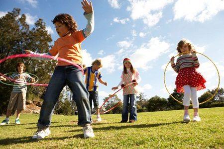 Praticar exercícios ao ar livre pode trazer muitos benefícios as crianças