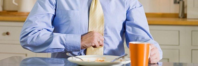 5 maus hábitos que causam indigestão e refluxo gástrico