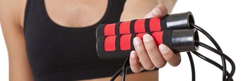 Pular corda emagrece? Conheça os benefícios dessa prática